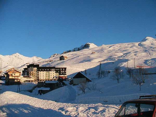 Фото и информация и горнолыжном курорте Гудаури: схемы трасс, подъёмников, услуги, цены.