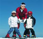 Лыжница с двумя детенышами