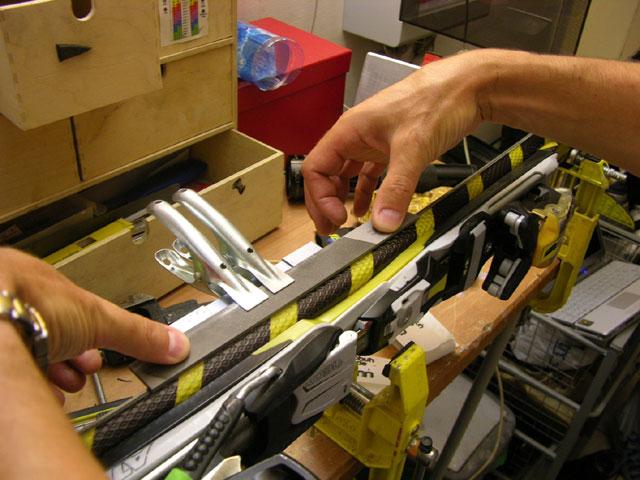 Убедиться в правильности  прогиба напильника можно, прислонив уже готовый  инструмент из уголка и напильника к канту как бы для работы и покачать в продольном направлении