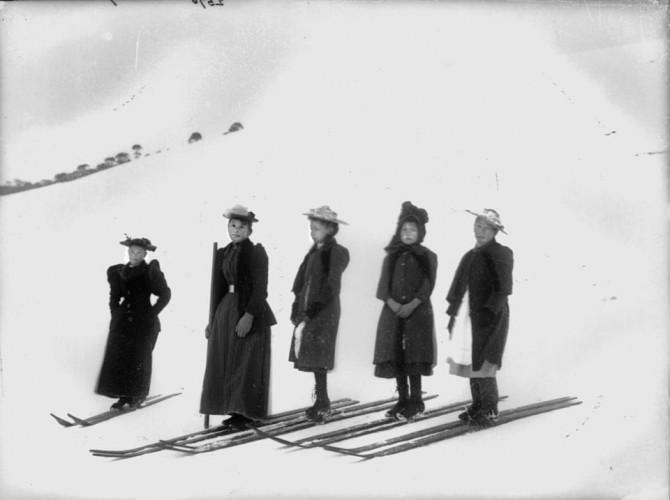 Девочки на снегоступах. Конец 1800-х годов