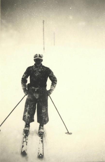 Горнолыжник во время снегопадав Cortina-Pocol, Италия.1939 год