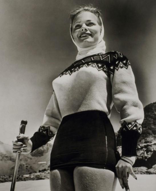 Девушка, одетая по последнему слову лыжной моды 1945 года