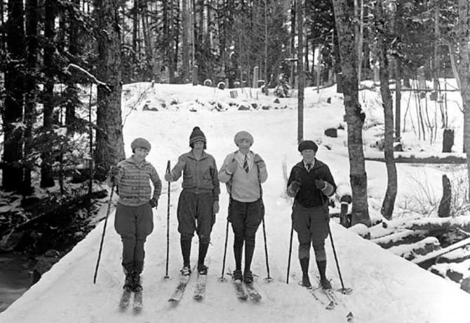 Четыре женщины на лыжах.На смену женским платьям на склоне пришли брюки.1928 год