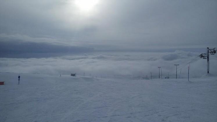 Фотография с середины южного склона горы Айкуайвенчорр в день с переменной облачностью