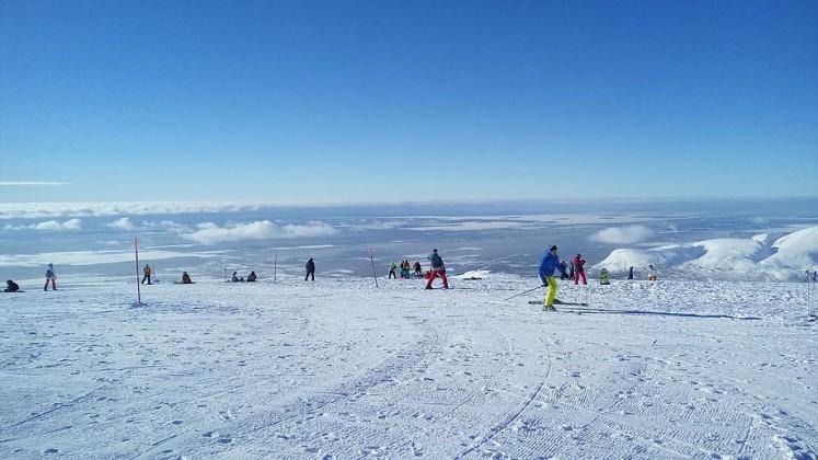 Фотография с вершины южного склона горы Айкуайвенчорр в ясный день