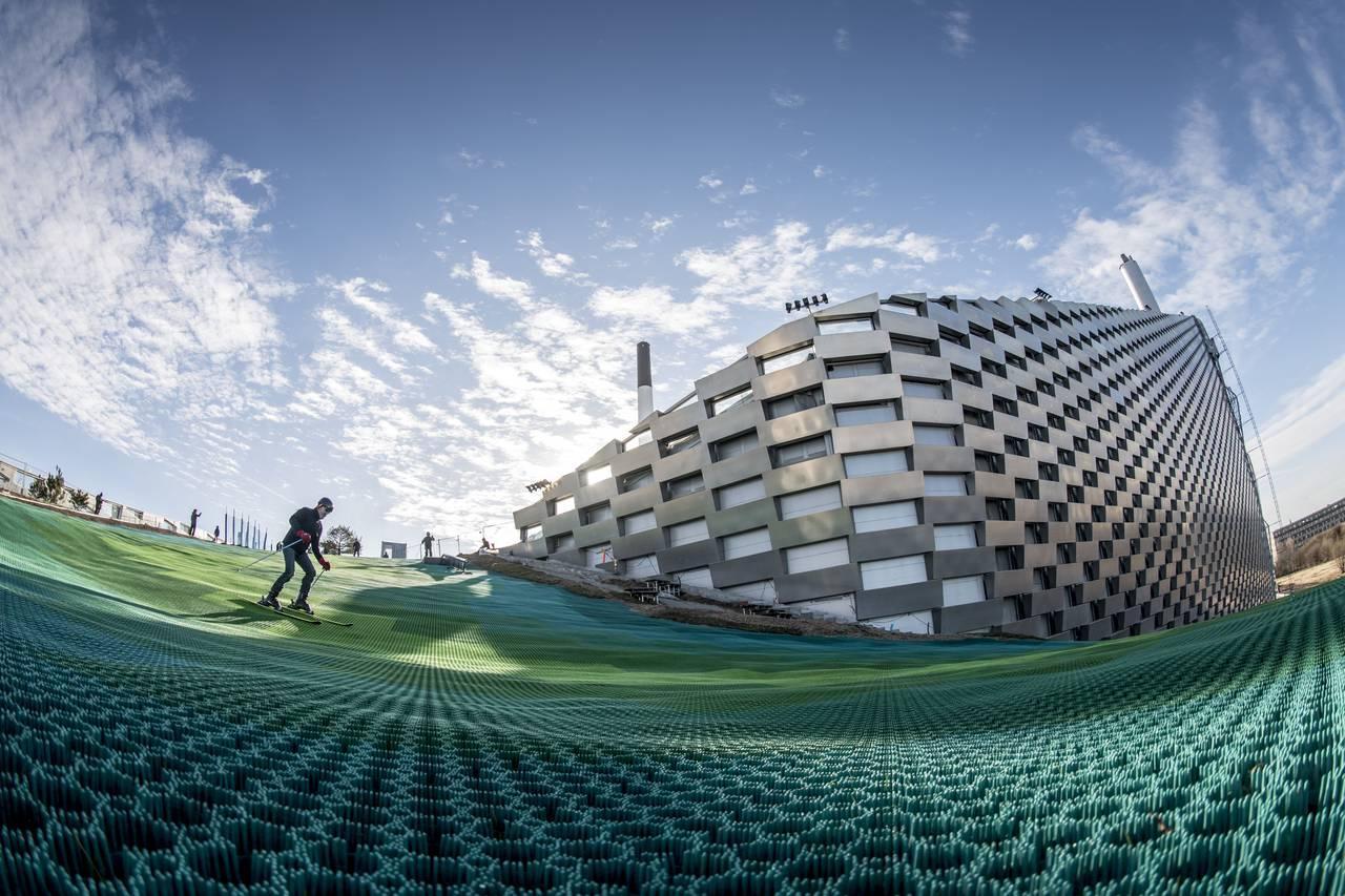 На крыше мусоросжигательного завода в Копенгагене открыли горнолыжную трассу