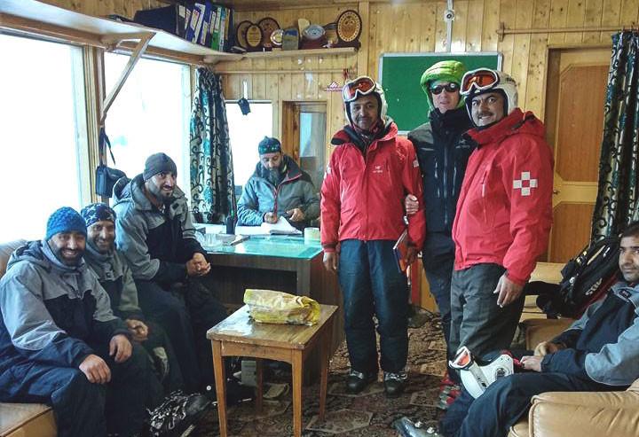 Лавинщик и лыжный патруль приступили к работе в новом сезоне в Гульмарге