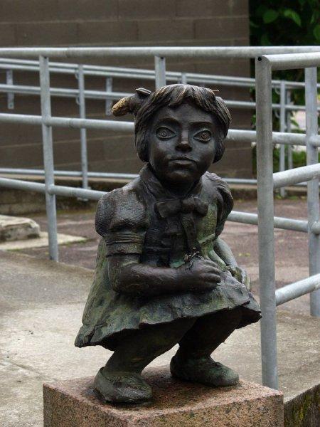 Памятник какающей девочке