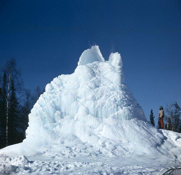 Ледяной купол артезианского фонтана у подножия г.Бол.Уван. 1984 г.