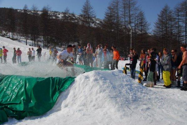 Магаданские лыжебордеры тоже любят лужу