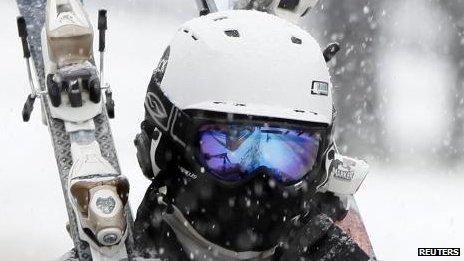 48b158c049d6 Доктор Майк, как известно в округе, не появляется без шлема на склоне, и  всякий раз, когда он заботится об очередном пострадавшем бордере или  лыжнике, ...