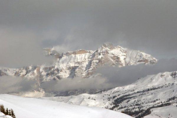 Облака опускаются на гору
